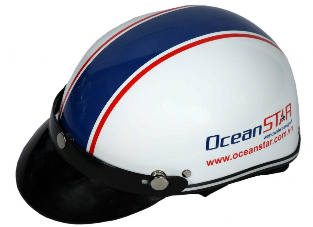 Quang vũ phân phối mũ bảo hiểm đủ tiêu chuẩn