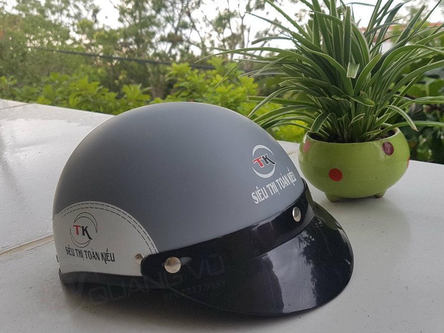 Mũ bảo hiểm màu xám sơn nhám